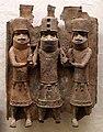 Benin, edo, rilievo con oba tra due sostenitori.jpg