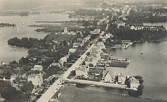 Hillegersberg - View of Hillegersberg's Straatweg in the early 1920s.  The Bergse-plassen lakes lie on either side of the road.