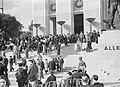 Bezoekers op de trappen bij het Duitse paviljoen, Bestanddeelnr 254-2670.jpg