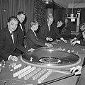Bezoekers terwijl ze roulette spelen, Bestanddeelnr 918-3442.jpg