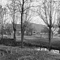 Boerderij met schuur, grasland, sloot en bomen op de voorgrond - Losdorp - 20400860 - RCE.jpg