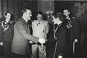 Bundesarchiv B 145 Bild-F051625-0295, Verleihung des EK an Hanna Reitsch durch Hitler