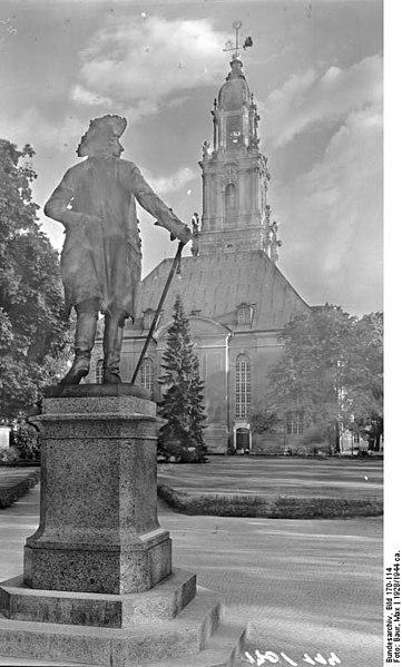 File:Bundesarchiv Bild 170-114, Potsdam, Denkmal Friedrich der Große mit Garnisonskirche.jpg