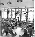 Bundesarchiv Bild 183-G0409-0008-001, Hohendodeleben, Speisesaal des Kindergartens.jpg