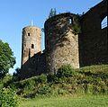 Burg Reuland - Bergfried mit Burgmauer, Südseite.JPG