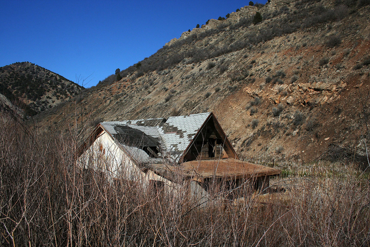File buried house thistle wikimedia commons for Utah house