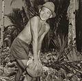 COLLECTIE TROPENMUSEUM Een man tijdens het klieven van kokosnoten TMnr 60052153.jpg