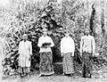 COLLECTIE TROPENMUSEUM Eugenie Mertens en Lo Schouten gekleed in Sarong met aan weerszijde Indonesische bedienden TMnr 60050712.jpg