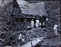 COLLECTIE TROPENMUSEUM Europeanen met kinderen bij een hut tijdens een uitstapje Nederlands-Indië TMnr 60053997.jpg