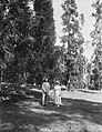 COLLECTIE TROPENMUSEUM Gouverneur-Generaal Van Limburg Stirum en echtgenote poserend in de tuin van landgoed Tjipanas West-Java TMnr 60023393.jpg