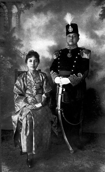 Berkas:COLLECTIE TROPENMUSEUM Studioportret van de Sultan van Siak met zijn echtgenote TMnr 60003230.jpg