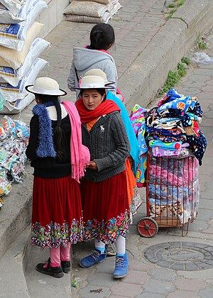 Cañari - Young women wearing the typical hat