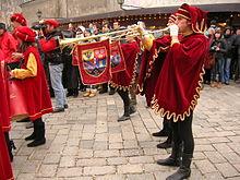 Un trombettiere in costume medievale suona una chiarina ad un pistone. Questo tipo di chiarina fu ideata appositamente per l'esecuzione della