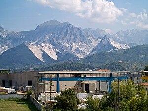 Carrara und die Marmor-Steinbrüche. Im Vordergrund ein steinverarbeitender Betrieb