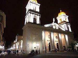 Catedral de noche y entrada al Paseo de la Independencia