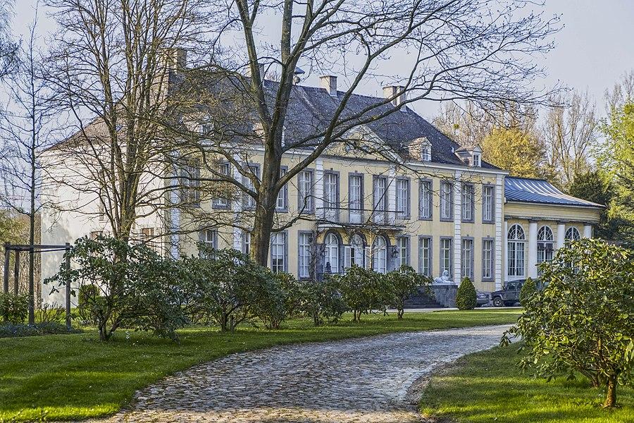 Grande demeure classique de style Louis XVI, en brique et calcaire enduite en jaune ocre. Actuellement propriété privée.