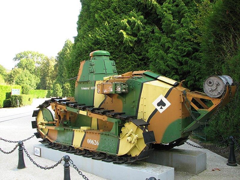 Char Renault FT 17 exposé à l'entrée du Musée de l'Armistice, à la clairière de l'Armistice dans la forêt de Compiègne. Premier engagement le 31 mai 1918 à Ploissy-Chazelles-Chaudun (Aisne).