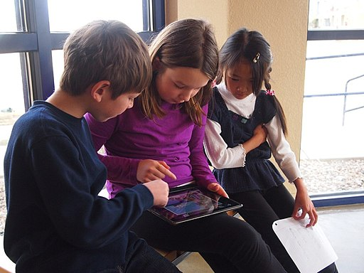 Children playing a game on an iPad / Actionspiele