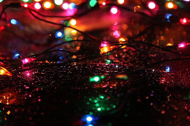 Description Christmas lights rain.jpg