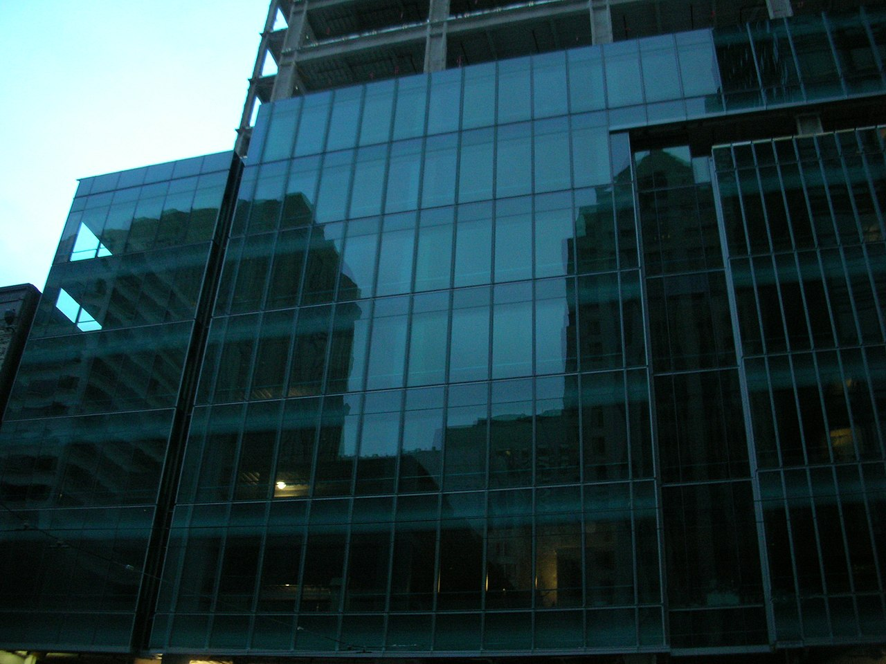 File closeup of 555 mission street 39 s curtainwall glass for Glass panel walls