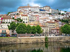 Blick auf das historische Zentrum von Coimbra, vom Fluss Mondego aus
