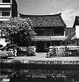 Collectie NMvWereldculturen, TM-20002157, Negatief, 'Een Chinese woning met daarvoor een betjak', fotograaf Boy Lawson, 1971.jpg