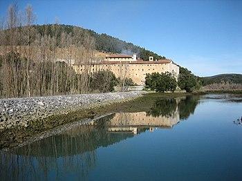 Convento de Montehano, junto a las marismas de Santoña y el monte Hano al fondo.