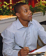 Photo o Cuba Gooding Jr. signin autographs in 2006.