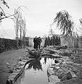 De heer NUmann en een onbekende vrouw bij de vijver in zijn tuin, Bestanddeelnr 252-1912.jpg
