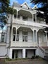 foto van Linkerdeel van vrijstaand pand bestaande uit twee beneden- en twee bovenwoningen