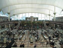 La seguridad es una cuestión muy seria en las terminales de pasajeros. Aquí, el área de chequeo de equipaje de mano y de pasajeros en Denver, Colorado, Estados Unidos.