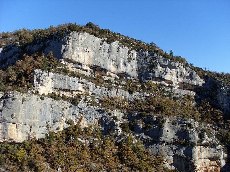 Fichier:Différentes strates des falaises des Gorges de la Nesque.jpg