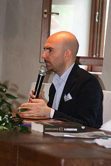 Donato Carrisi a una presentazione del suo libro, Il suggeritore