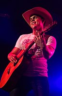 Dustin Lynch in concert 2015.jpg