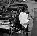 Een medewerker in de drukkerij bezig met het controleren van proefdrukken, Bestanddeelnr 254-5213.jpg