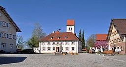 Eglofs Dorfplatz mit Rathaus, Kirche und Gaststätten