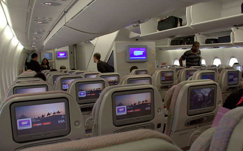 File emirates a 380 interior wikimedia commons for Avion airbus a380 interieur