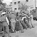 Enthousiast publiek wordt door politieagenten in bedwang gehouden tijdens de mil, Bestanddeelnr 255-0994.jpg