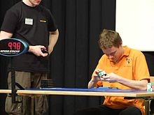 Datei:Erik Akkersdijk is solving a 3×3×3 Rubik's Cube in 10.50s.ogv
