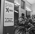 Etalage van een rijwielhandel met links een reclamebord voor bromfietsen van het, Bestanddeelnr 252-8849.jpg