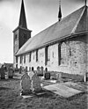 foto van Margarethakerk. Hervormde kerk met aangebouwde sacristie en kerkhof met hekwerk en keermuur