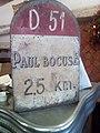 Fausse borne indiquant le restaurant de Paul Bocuse.jpg