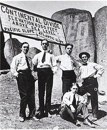 Fred Karno (primero), Stan Laurel (segundo) y Charles Chaplin (tercero) junto con otros dos actores más; en 1913.