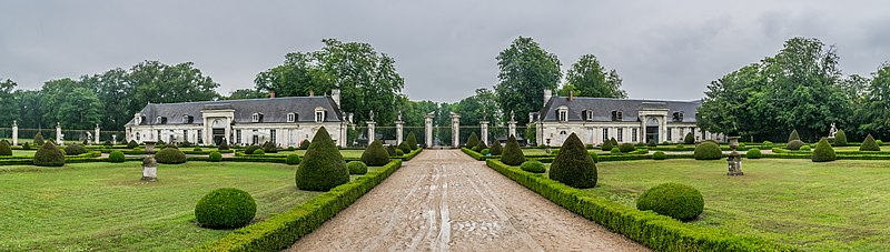 File:French garden at the Castle of Valencay 02.jpg