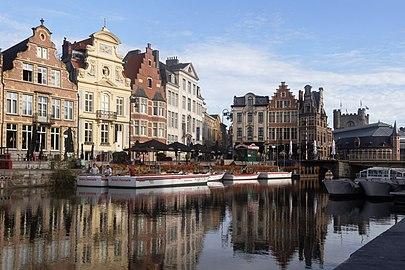 Gent, de Korenlei (met oeg25132-38), een toren van Het Gravensteen oeg25890 en de Grasbrug IMG 0599 2021-08-15 09.19.jpg