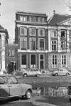 foto van Pand met Ionische pilastergevel, bakstenen traveeën over eerste en tweede verdieping, latere attiek. Fraaie stoep met gesmede leuning