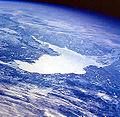 Grand Lac des Esclaves vu de l'espace.jpg