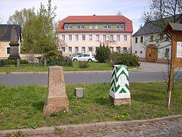 sächsisch-preußische Grenzsteine sowie Wohnhaus, Am Marktplatz 13 in Königswartha