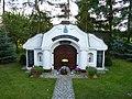 Grobowiec rodziny Jarmult Mckich przy kościele św. Jana Chrzciciela w Chomiąży Szlacheckiej - panoramio.jpg