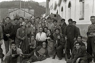 Grupos de milicianos con sus armas en la localidad de Alegia (7 de 10) - Fondo Marín-Kutxa Fototeka.jpg